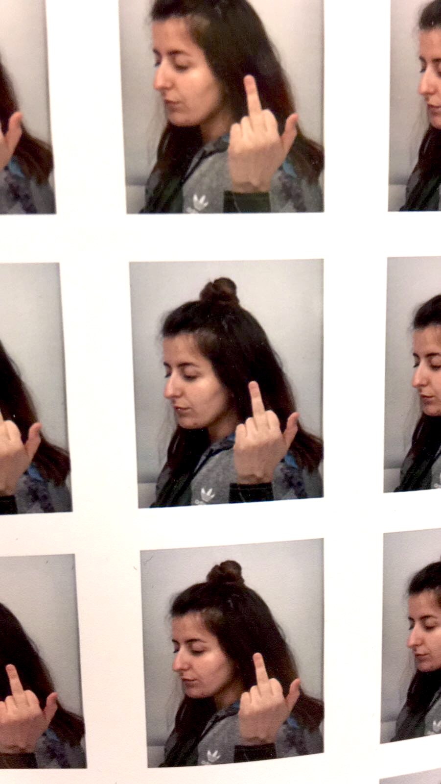 Kleines seitliches Profilbild mit hochgestreckten Mittelfinger