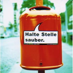 Auf ihrem Streifzug durch den öffentlcihen Raum Berlins bespricht die Autorin den Begriff der INtegration entlang von Müll und Flaschenpfand