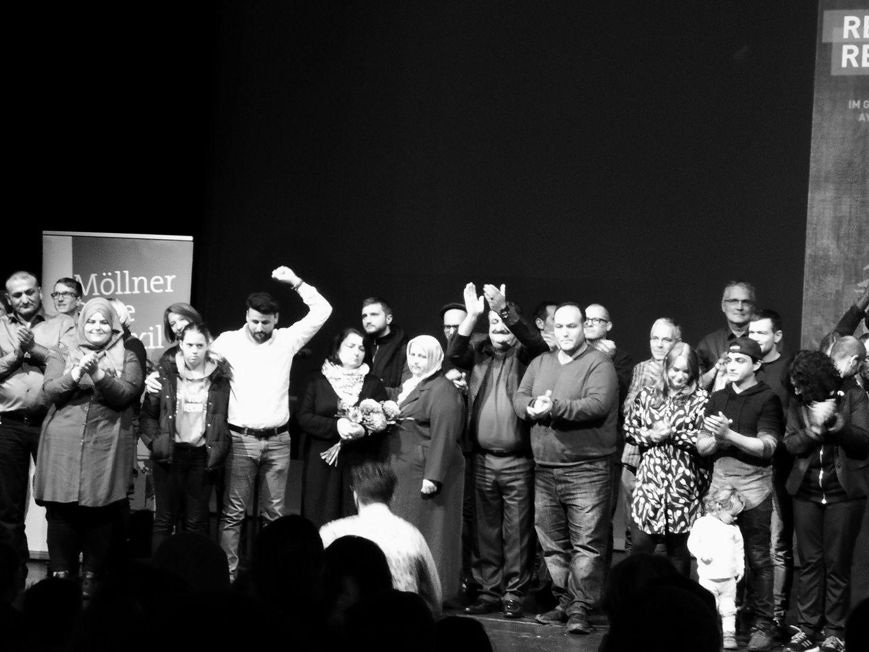 Die Familien Arslan, Yilmaz, Bektaş, Taşköprü, Bejarano und Freunde von Oury Jalloh gemeinsam auf der Bühne des HAU