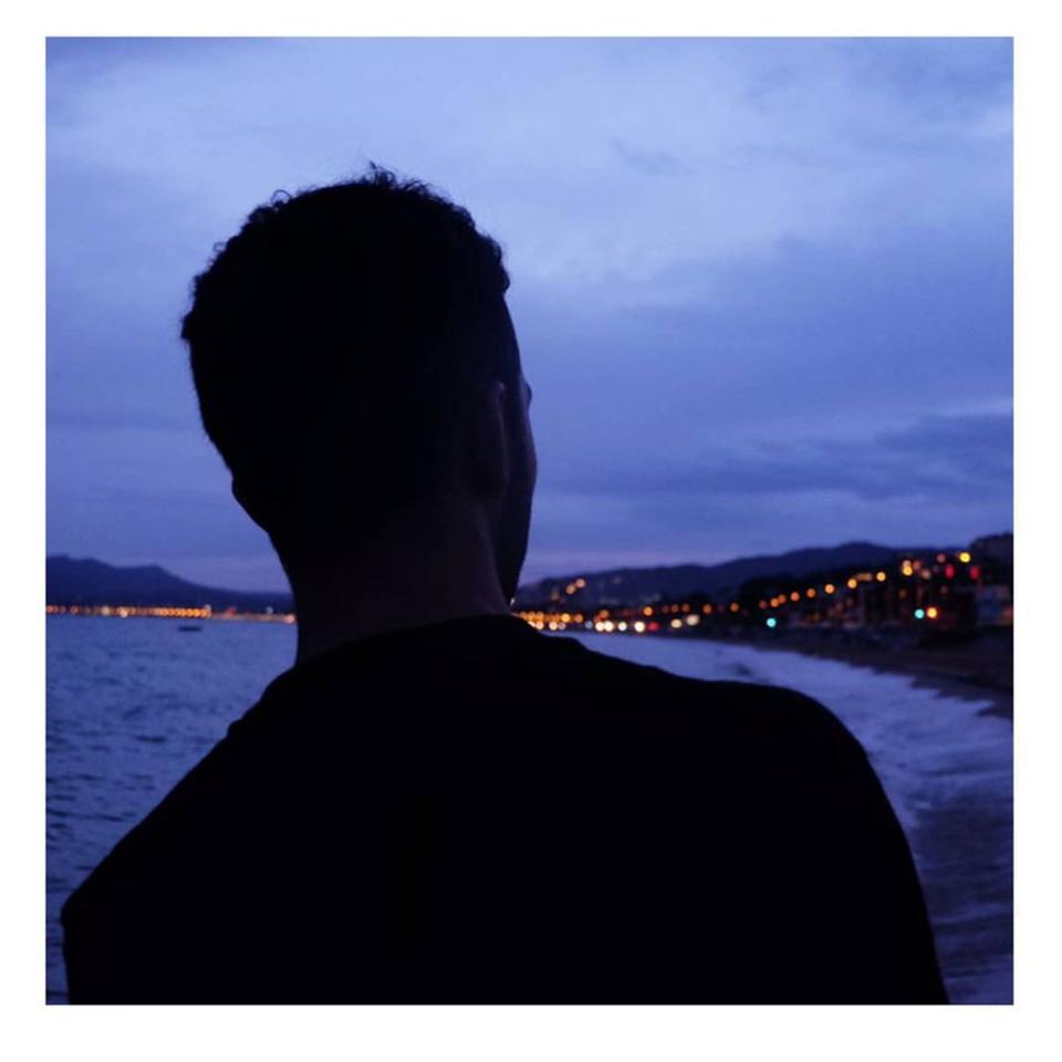 Der Autor Fatbardh unkenntlich als schwarze Silhouette, auf den täglich Stigmata und Alltagsrassismus projiziert werden