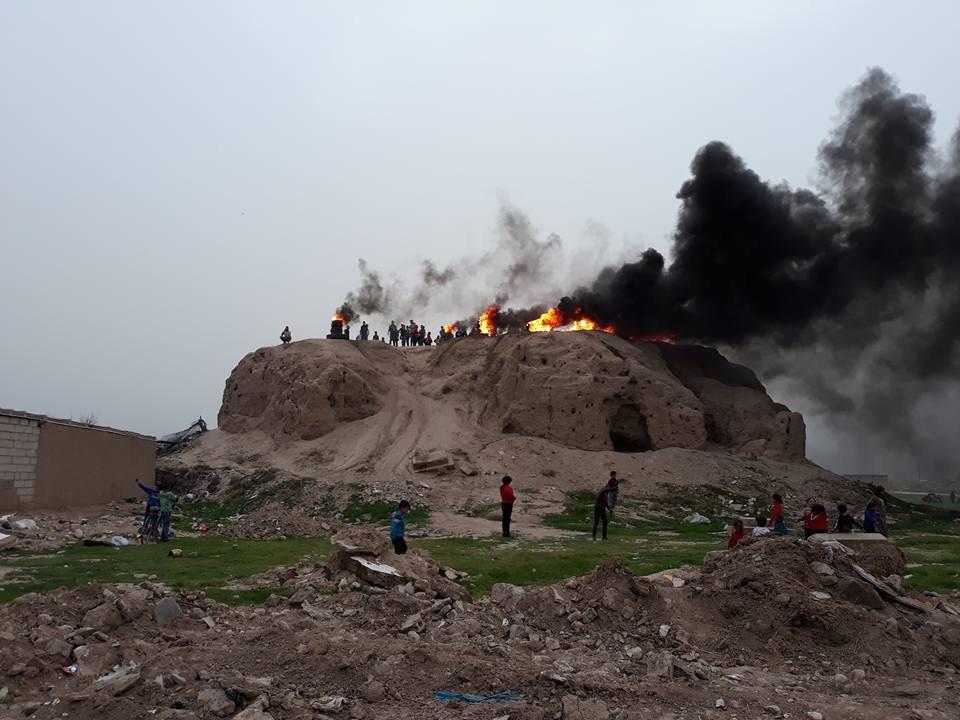 Newroz - Auf einem Berg in Amudê in Rojava brennt das Tanzfeuer