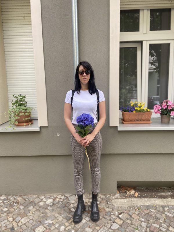 Sara auf der Straße mit Blumen